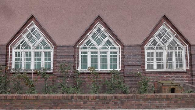 1927/28 Berlin spitzbogige Fenster am expressionistischen Fern- und S-Bahnhof S1/S7 Wannsee von Reichsbahnrat Richard Brademann Kronprinzessinenweg 250-251 in 14109 Wannsee