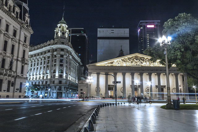 La Catedral Metropolitana y Edificio Banco Argentino Uruguayo