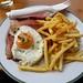 Oběd v restauraci Truyenstube - sekaná s hranolky, sázeným vejcem a kečupem (Fleischkäse mit Pommes) za 7,5 €