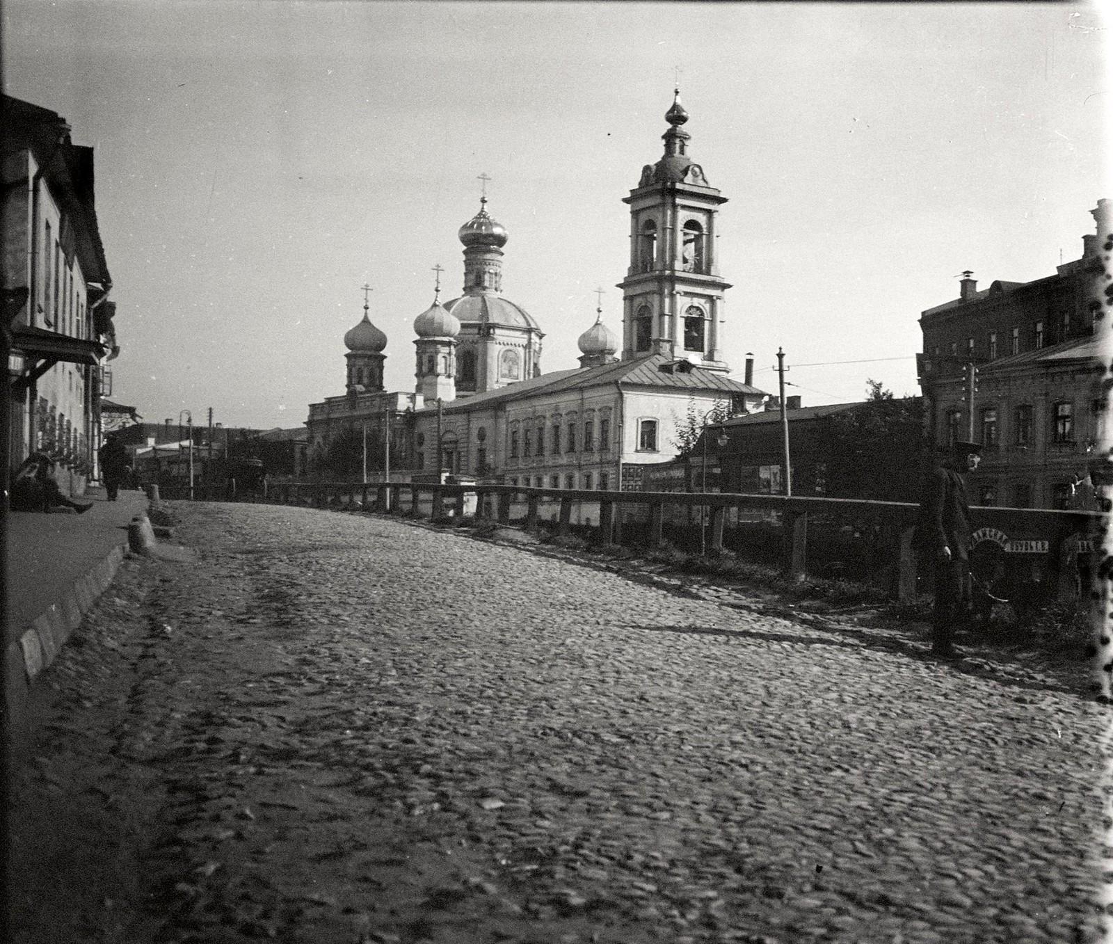 Улица Варгунихина гора. Вид на церковь Смоленской иконы Божией Матери