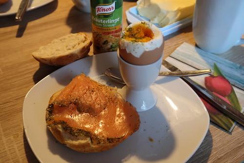 Räucherlachs auf Brötchen zum Frühstücksei