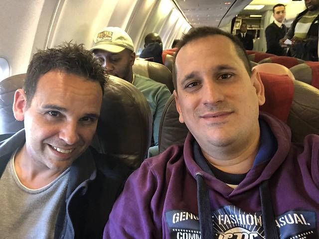 Isaac y Sele en el vuelo de Royal Air Maroc que les llevó a Benín