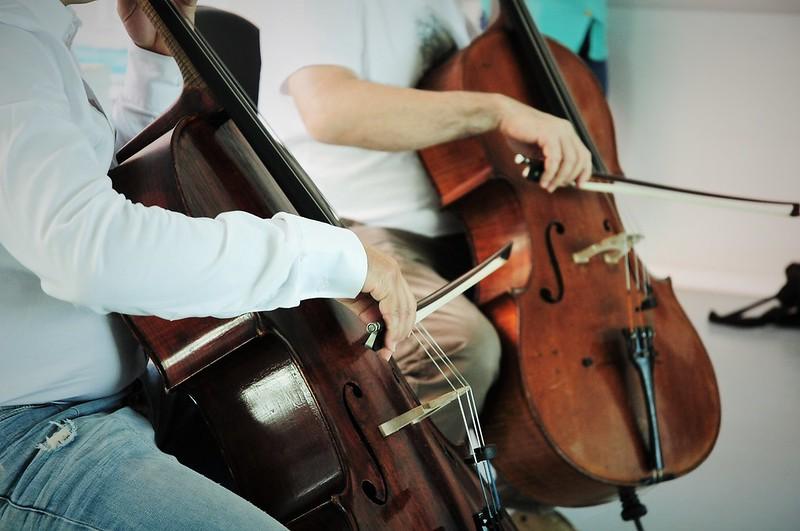 Dueto de violoncelo encanta pacientes e servidores da UPA de Sobradinho