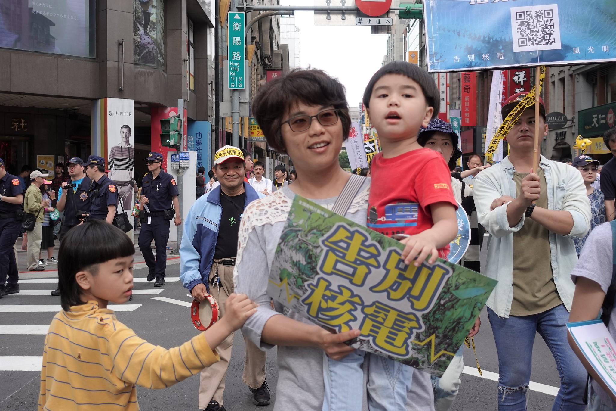 許多人帶著小孩參加遊行,強調核廢料不該留給下一代。(攝影:張智琦)