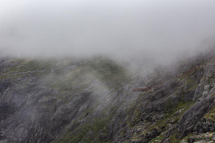 Norja Noway Norwegian roadtrip Trollstiegen moottoripyörällä näköalatasanne sumu näkymä ylhäältä _