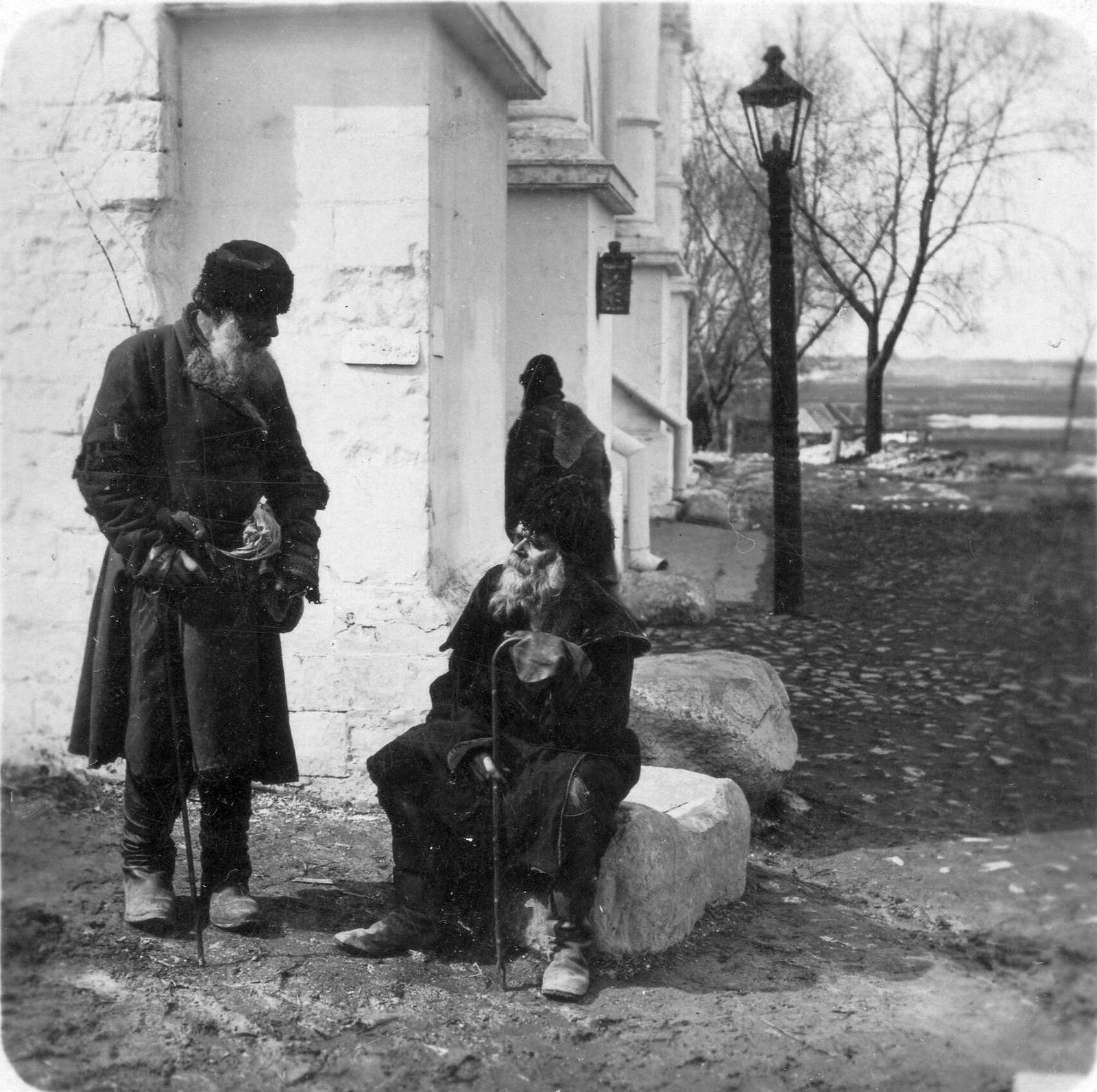 Богомольцы у Новодевичьего монастыря. 1890-е