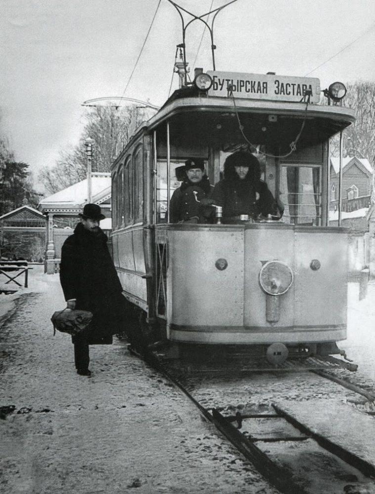 Один из первых московских трамваев у Бутырской заставы. 1900