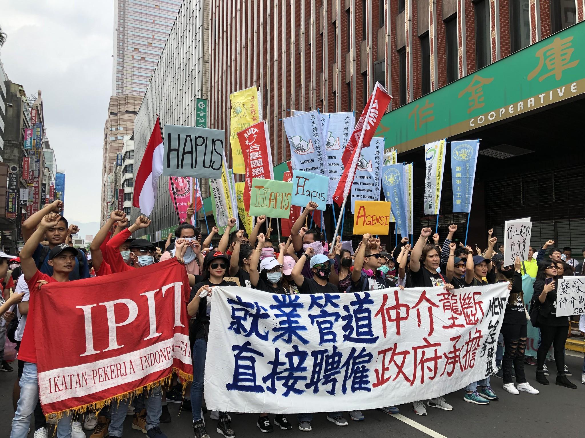移工在勞動部前訴求直接聘僱制度,籲廢除私人仲介。(攝影:王顥中)