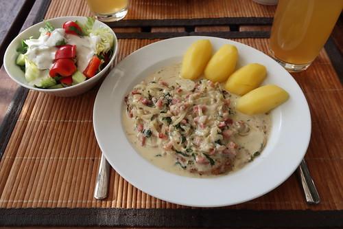 Schweineschnitzel mit Zwiebel-Speck-Sahne-Soße und Salzkartoffeln sowie einem Gemischten Salat mit Joghurtdressing