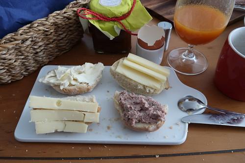 Dreierlei Käse und Leberwurst auf frisch gebackenem Brötchen