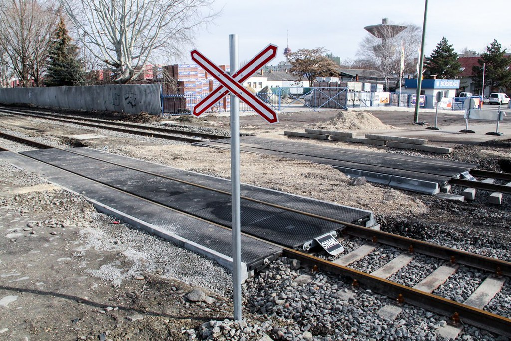 A tram-train építése miatt hétfőtől lezárják Szegeden a Sándorfalvi úti vasúti átjárót