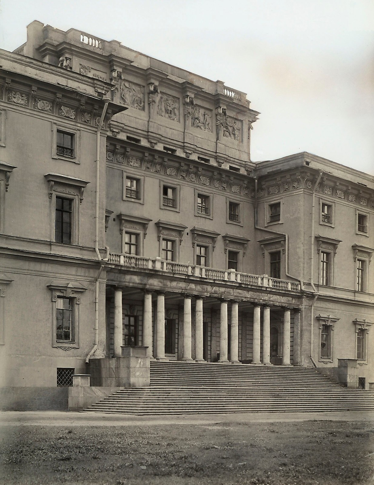 12. Фасад Михайловского замка. 1915