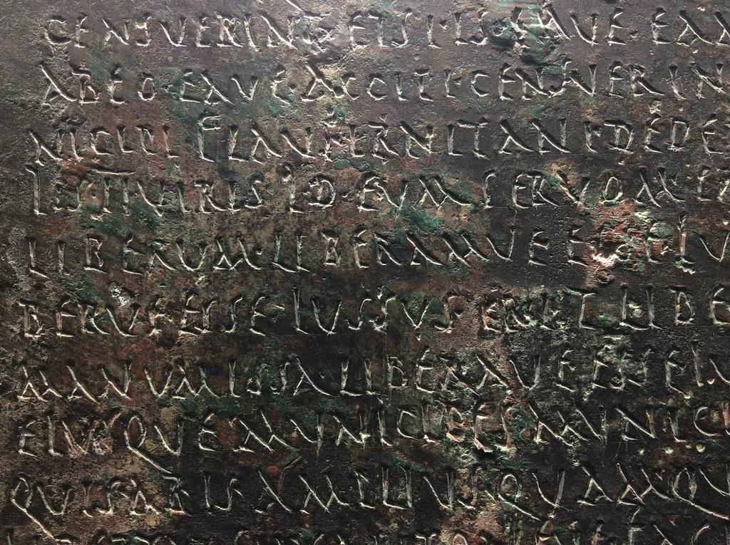 Texte de loi (?) sur une plaque en cuivre dans le Musée archéologique de Séville