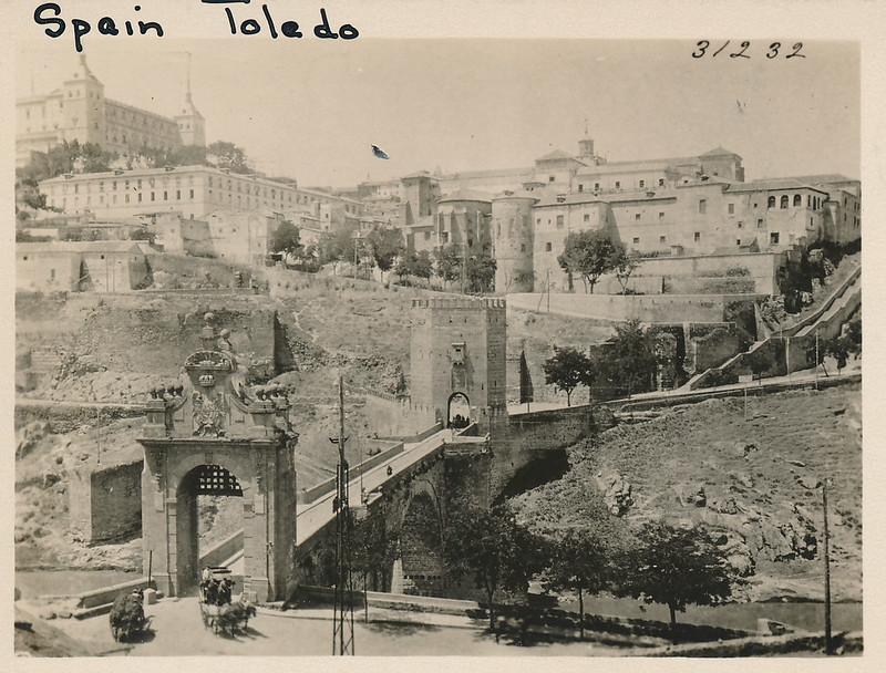 Puente de Alcántara y Alcázar hacia 1915. Fotografía de Edward Manuel Newman. Colección de Laura Valeriano y Paco de la Torre.