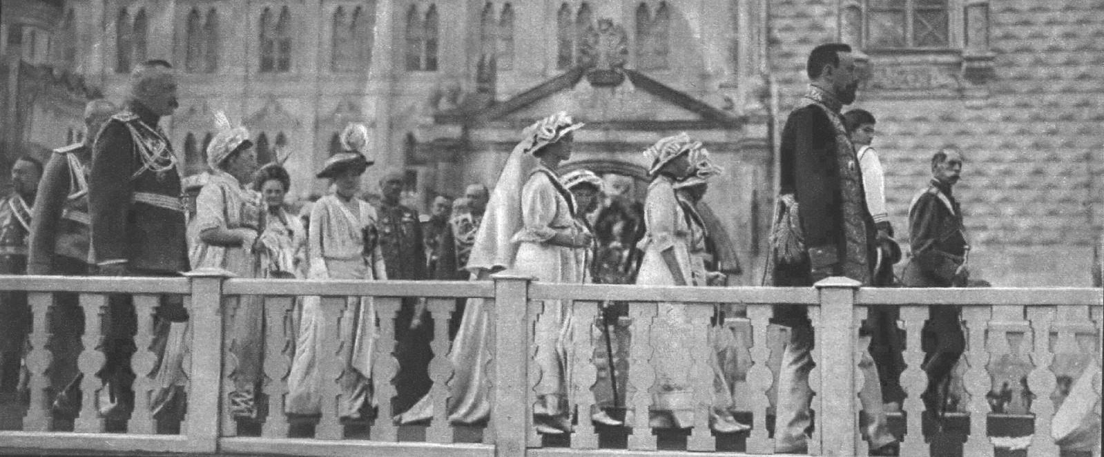 Шествие Их Императорских Высочеств Августейших дочерей в Успенский Собор