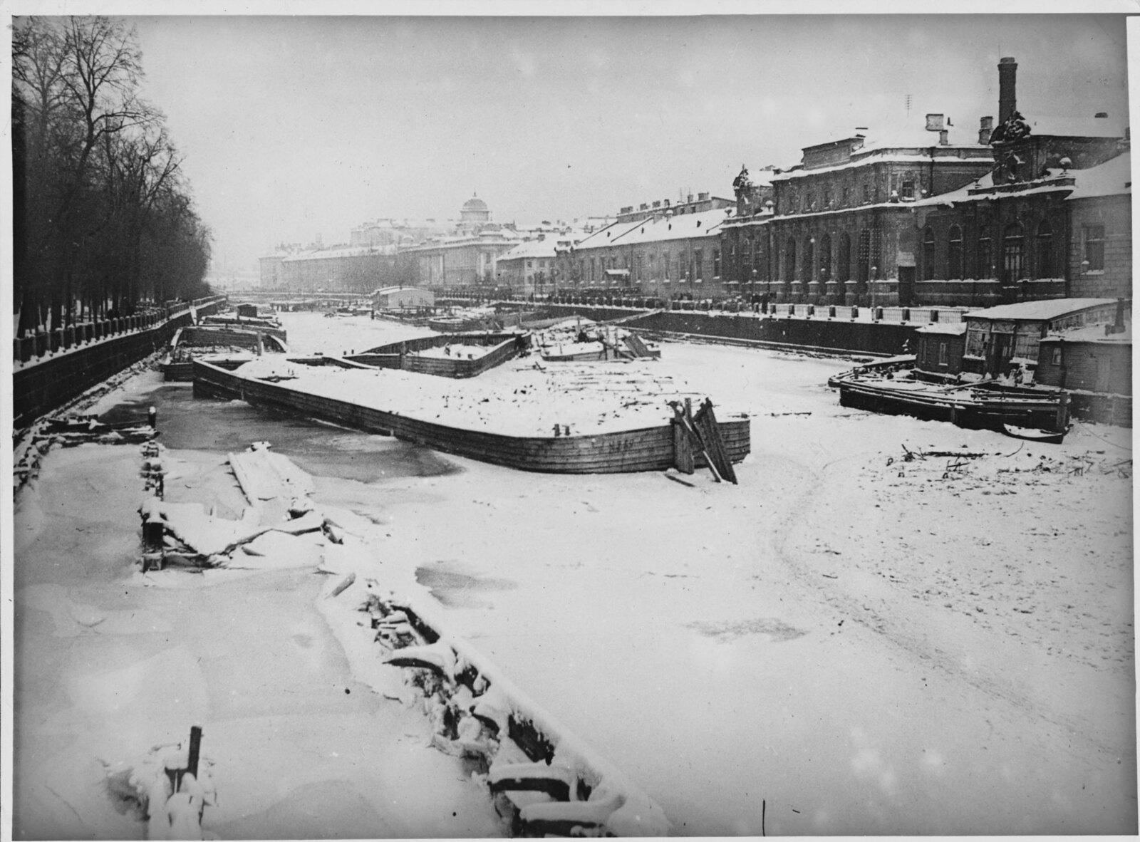 Замёрзшая река Фонтанка