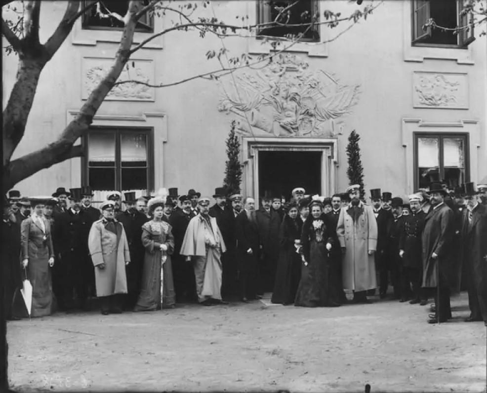 Великий князь Константин Романов с женой и сопровождающими лицами у музея