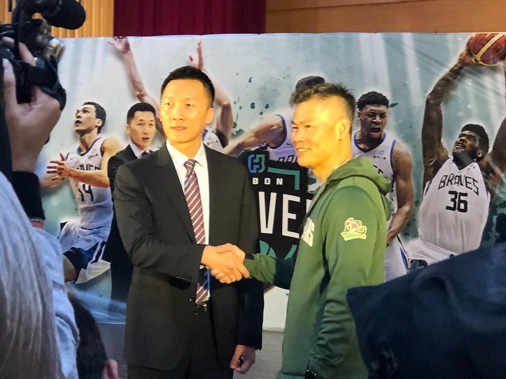 富邦勇士總教練許晉哲(左)(黃泓哲/攝。)