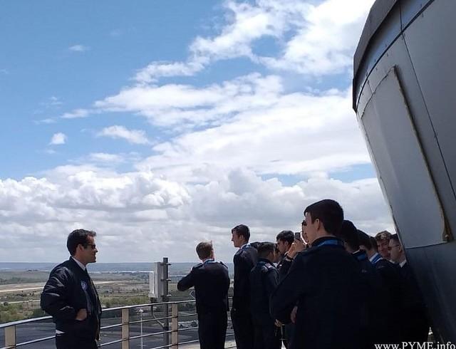 Alumnos de Adventia observan las pistas del aeropuerto Adolfo Suárez Madrid Barajas desde el fanal de la torre de control del aeródromo madrileño.