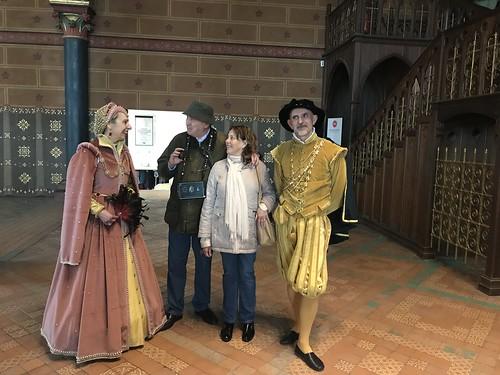 Hablando con actores representando a Louis XII y una de sus esposas