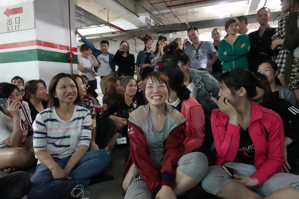 罷工一日,移工聽聞公司承諾補償面露笑容。(攝影:張智琦)