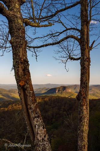 northcarolina ncmountains transylvaniacounty parks nationalparks blueridgeparkway viewcherrycoveoverlook lookingglassrock sunsets warmsunlight april2019 april 2019 canon16354l