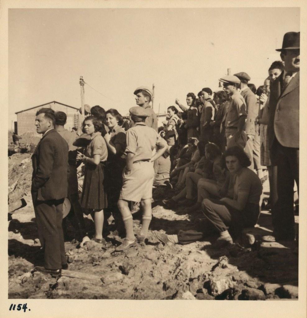 1154. Тель-Авив. 10 и 22 декабря. «Туристы» из пригородных районов слушают лекцию о пристани