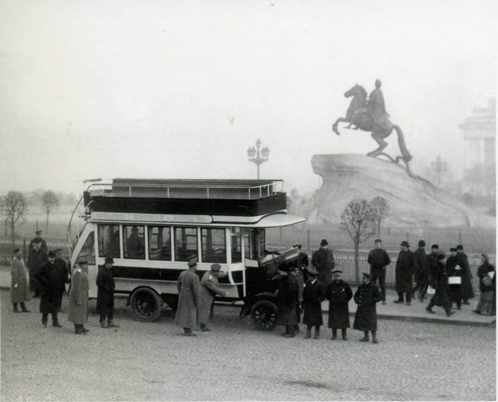 Двухъярусный автобус на площади Петра Первого, перед Медным всадником. После 1907.