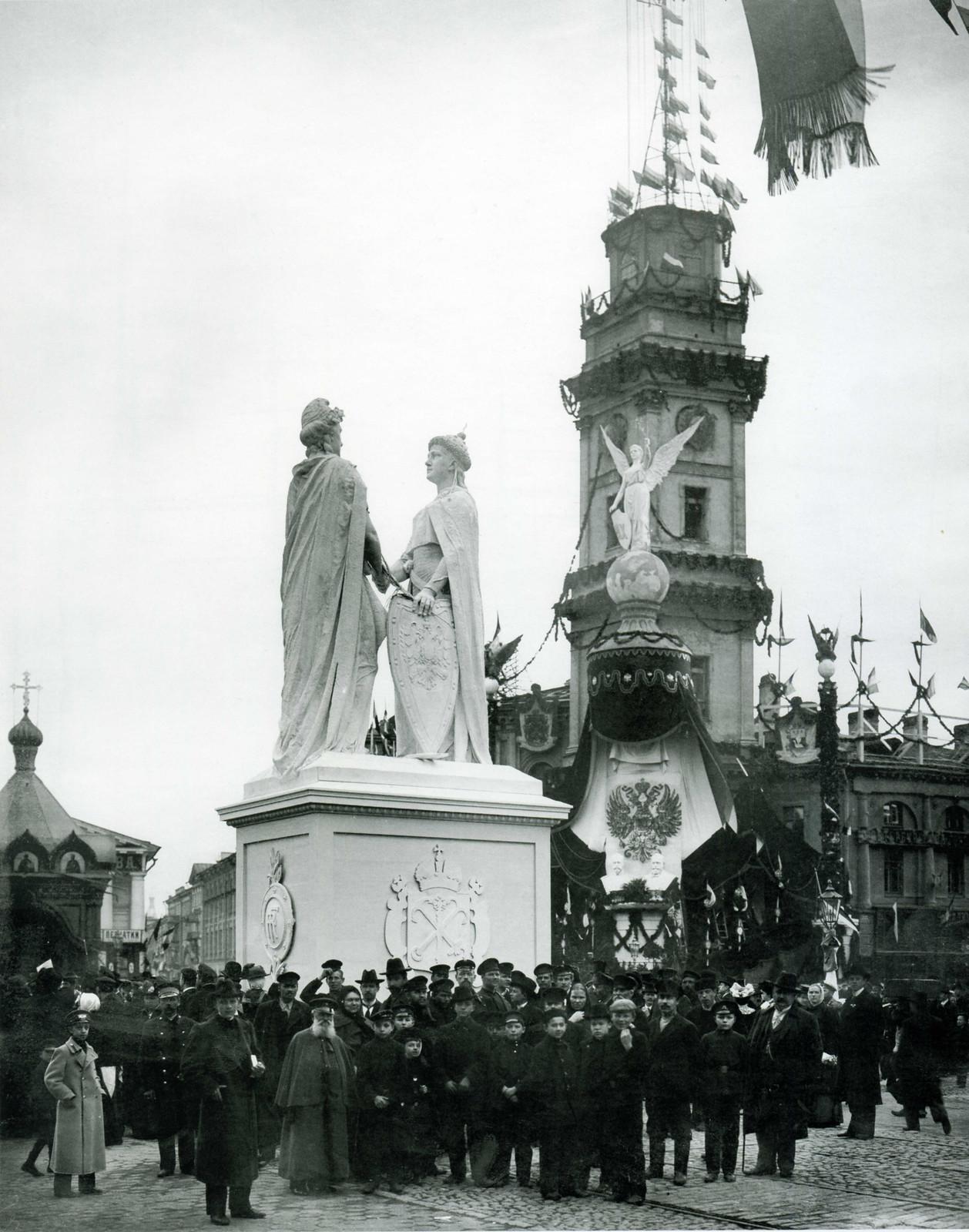Временное скульптурное сооружение, олицетворяющее дружбу России и Франции, установленное на пересечении Невского проспекта и Михайловской улицы.1902