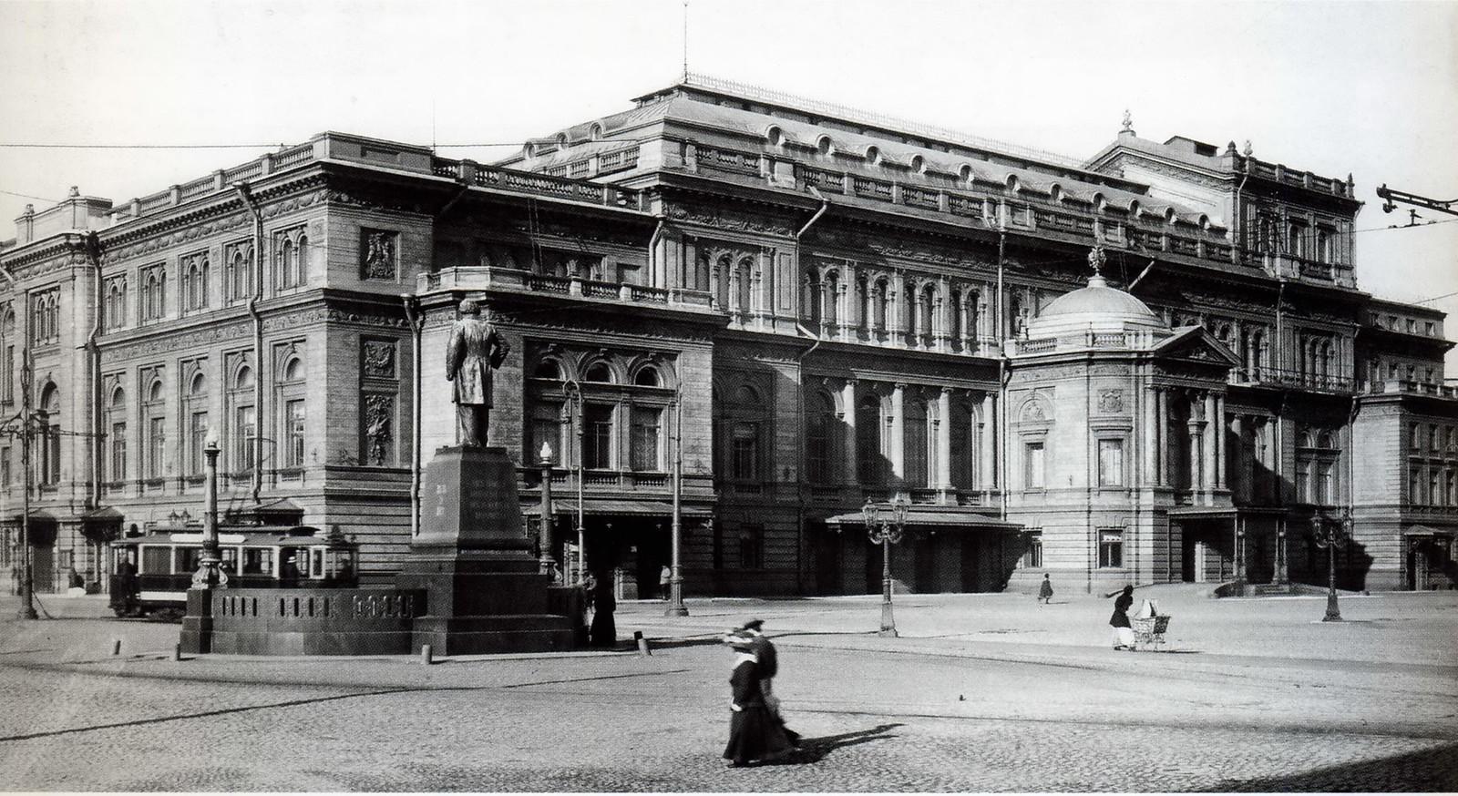 Здание Санкт-Петербургской консерватории и памятник М.И.Глинке  на Театральной площади