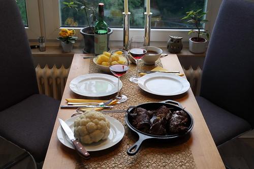 Pferdefleischrouladen mit Salzkartoffeln und Blumenkohl (Tischbild)