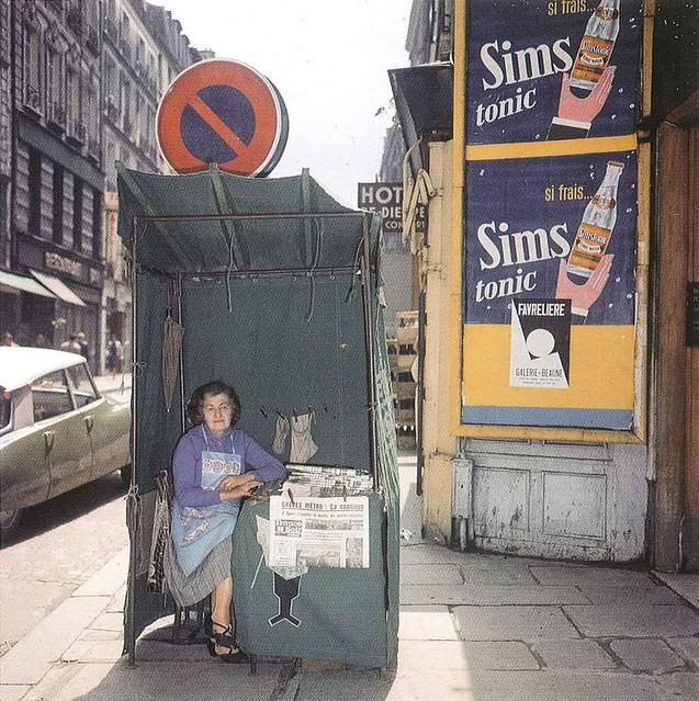 75  PARIS  Vendeuse de journaux, années 60'