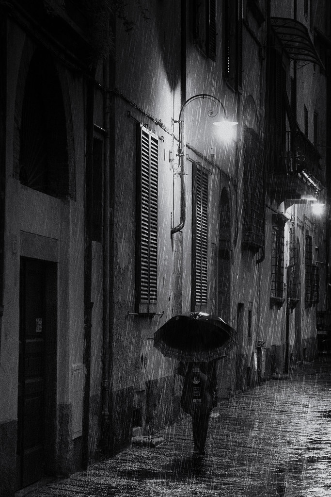 Rainy night - street photography Lucca