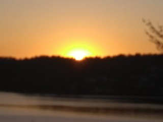 Solen gömmer sig bakom horisonten.   by larseriksfoto