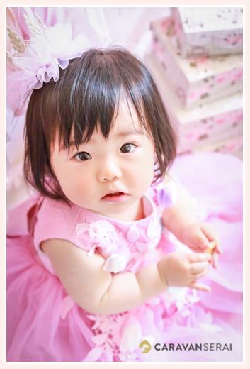 ピンクのドレスを着た1歳の女の子 バースデーフォト