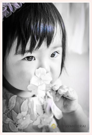 1才の女の子のアップ モノクロ写真