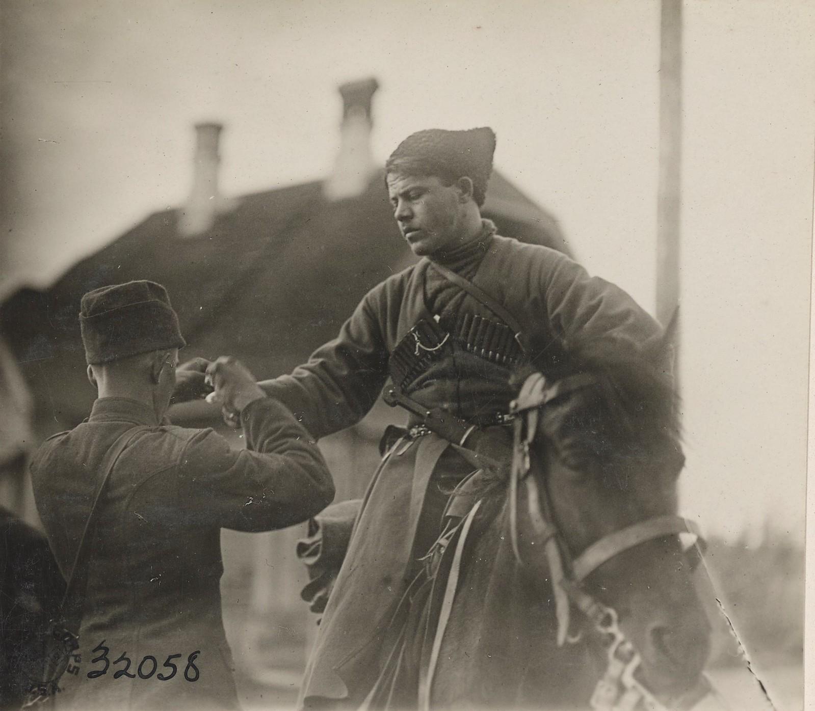 Обозерская.Американец оказывает первую помощь раненному казаку