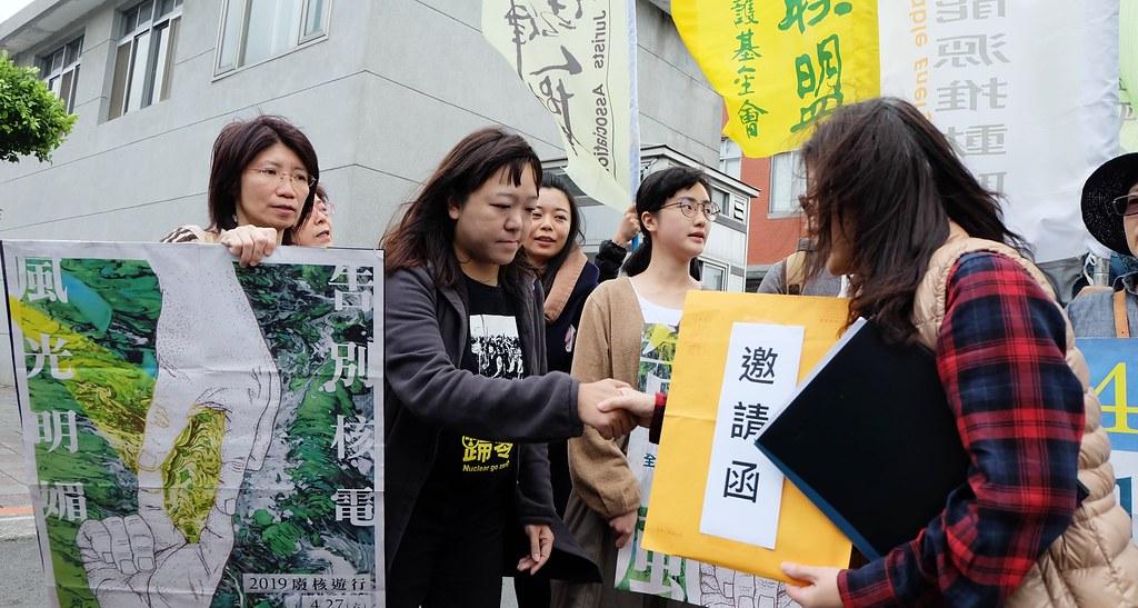 廢核遊行主辦代表(左)到總統府親自遞送邀請函,由總統府公共事務室代表收下。攝影:陳文姿