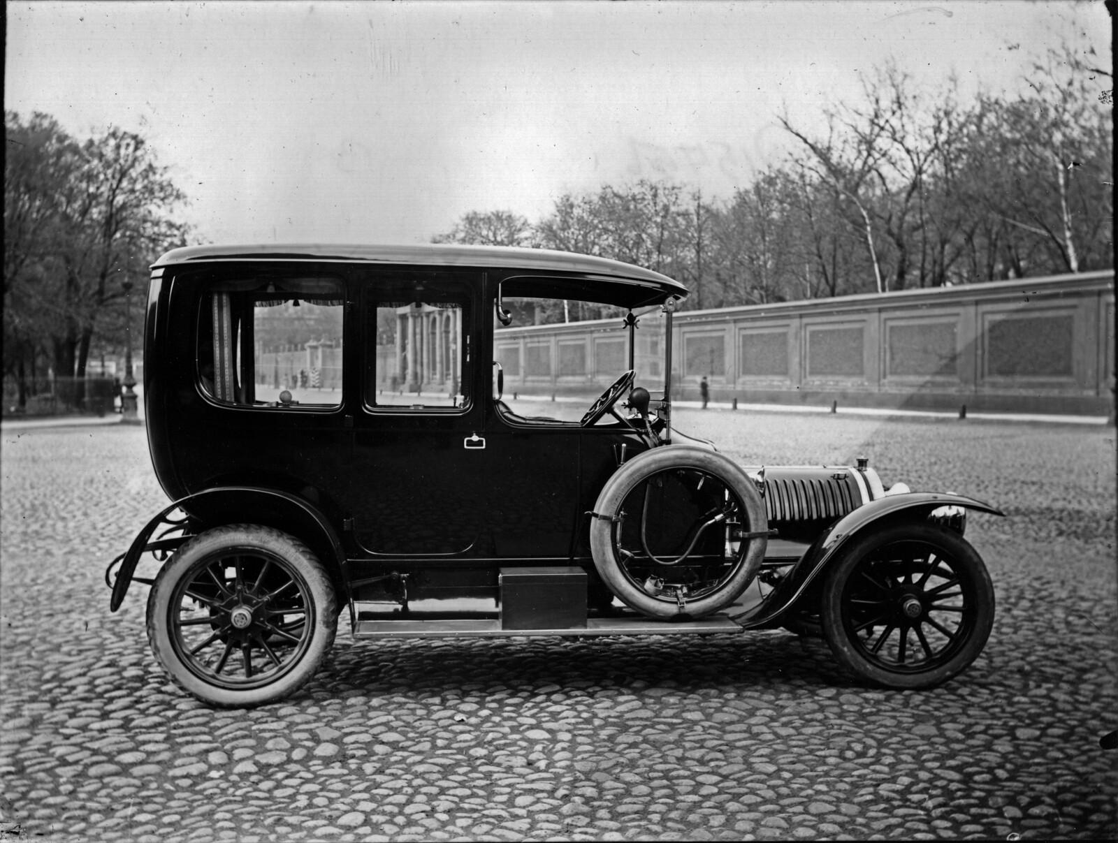Автомобиль, принадлежащий императорской фамилии, около Александринского театра. 1913