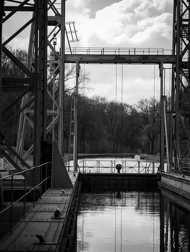 belgium 2019 belgië belgique canalducentre boatlift blackandwhite
