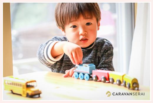 機関車トーマスで遊ぶ男の子 鉄道好き