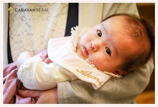3か月の女の子赤ちゃん ママが抱っこ