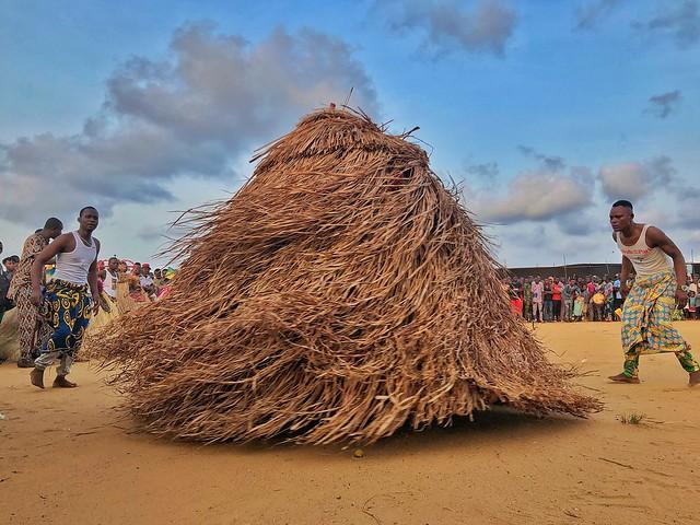 Zangbeto danzando en Benín