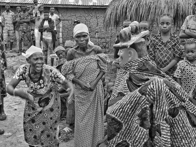 Fotografía en blanco y negro de un baile de máscaras Gelede en Benín