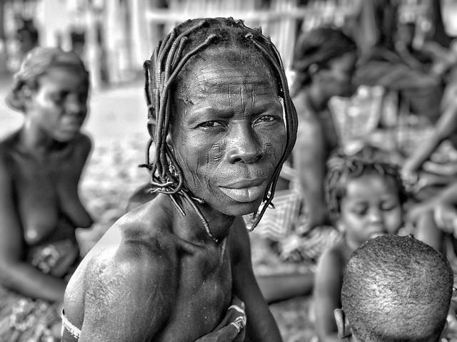 Mujer holi (Benín) - Fotografía en blanco y negro