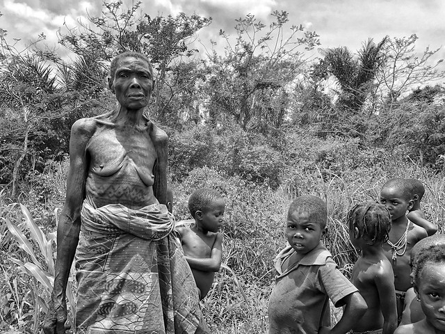 Fotografía en blanco y negro de una mujer y niños de la etnia holi en Benín