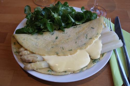 Weißer Spargel in Schnittlauchpfannkuchen mit Feldsalat (mein Teller)