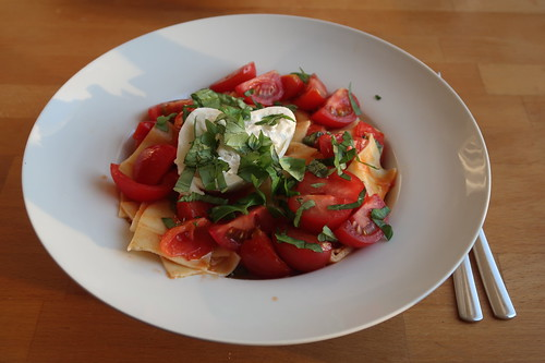Breitgeschnittene Nudeln mit Burrata, geschmelzten sowie frischen Tomaten