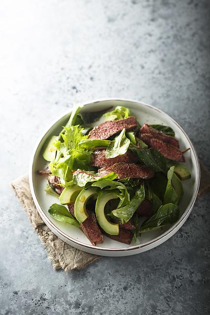 Салат со стейком и авокадо.