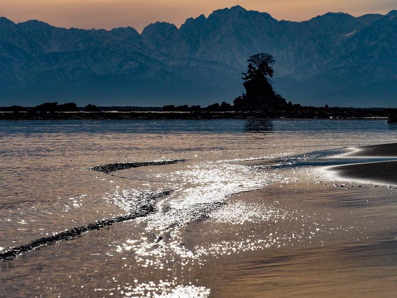雨晴海岸より朝焼けの立山連峰